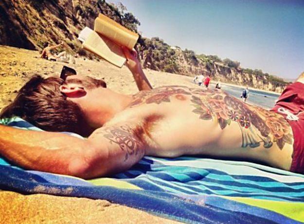 Maschi in spiaggia depilati e tatuati, la moda li vuole così