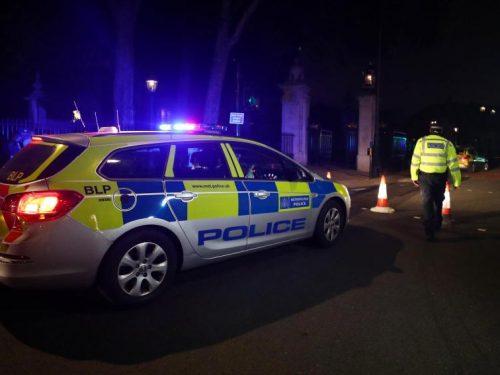 Londra, panico a Buckingham Palace: feriti 2 agenti (video)