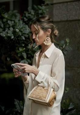 La rafia scandisce la moda mare 2020